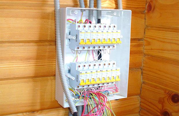 Metallrohre für elektrische Verdrahtung in einem Holzhaus ...
