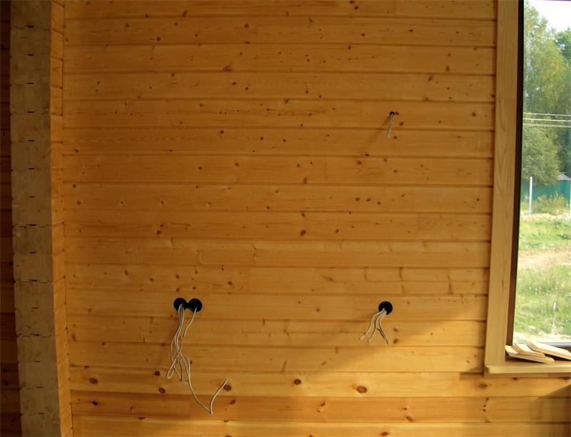 Ein versteckter Elektriker in einem Blockhaus. Schritt-für-Schritt ...